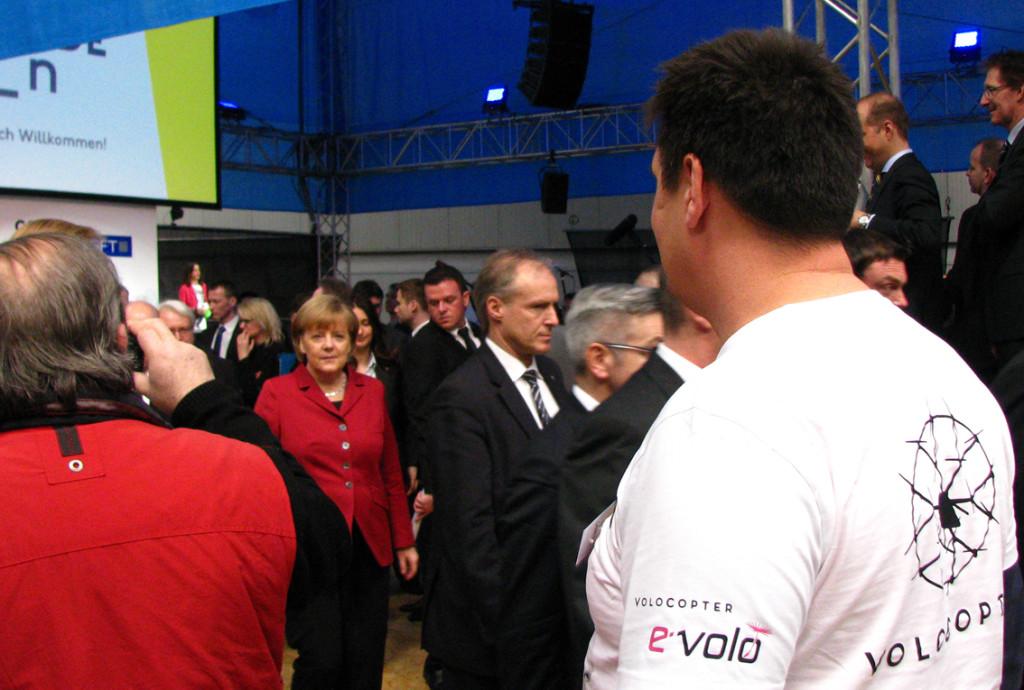 Auch Bundeskanzlerin Angela Merkel interessierte sich auf der CeBit für das e-volo Projekt mit Hacker Motoren.
