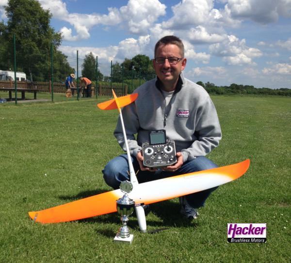 Hacker Teampilot Dirk Belting gewinnt den ersten Wettbewerb im Pylonfliegen F5D