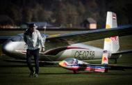 Vier Red Bull Segelflugzeuge hinter einer Schleppmaschine